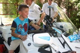 Gyerek rendőrmotoron (Gyerek rendőrmotoron)