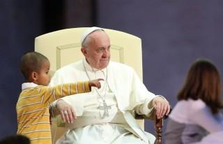 ferenc pápa kisfiúval szónokol (ferenc pápa, vatikán, )