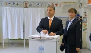 Budapest, 2014. május 25. Orbán Viktor miniszterelnök, a Fidesz elnöke felesége, Lévai Anikó társaságában leadja szavazatát a XII. kerületi Zugligeti Általános Iskolában kialakított 53. szavazókörben az európai parlamenti választáson 2014. május 25-én. MTI Fotó: Koszticsák Szilárd