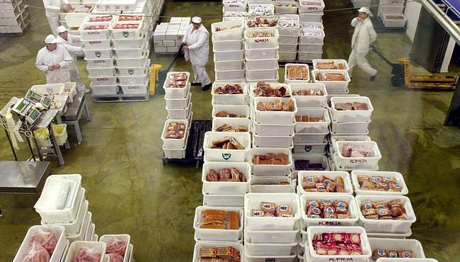 Debrecen,2004. június 15.Raktározáshoz készítik elő a készárut a munkások a 110 éves Debreceni Hús Rt.  üzemében. Az ország európai uniós csatlakozása előtt közel 2 milliárd forintos beruházást valósított meg termelése korszerűsítésére. A patinás húsüzemben - melynek elődje a Városi Közvágóhíd volt - ma sertéshúst dolgoznak fel  vágástól a végtermékekig. Készítményeiket a hazai piacok mellett távolkeleten, s mivel minden uniós minősítéssel rendelkeznek, az Európai Unió országaiban értékesítik.MTI Fotó : Oláh Tibor