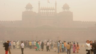 (FILES) In this photograph taken on November 7, 2009, pedestrians and visitors gather as smog envelopes The Red Fort in New Delhi. India's air monitoring centre on May 8, 2014, has dismissed data released by the World Health Organisation that showed New Delhi's air as the dirtiest worldwide, saying the finding was biased and misleading. AFP PHOTO/RAVEENDRAN/FILES