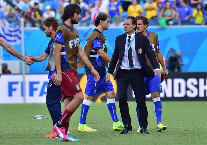 Italy's players and Italy's coach Cesare Prandelli react after the Group D football match between Italy and Uruguay at the Dunas Arena in Natal during the 2014 FIFA World Cup on June 24, 2014.  AFP PHOTO / GIUSEPPE CACACE