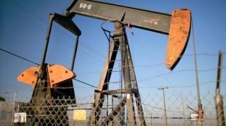 Taft, 2008. május 19. Egy mûködõ olajkútról készült kép 2008. május 18-án a kaliforniai Taftban. Két nappal korábban 127,82 dolláros hordónkénti árral rekordot ért el az energiahordozó világpiaci ára. (MTI/EPA/Sean Masterson)