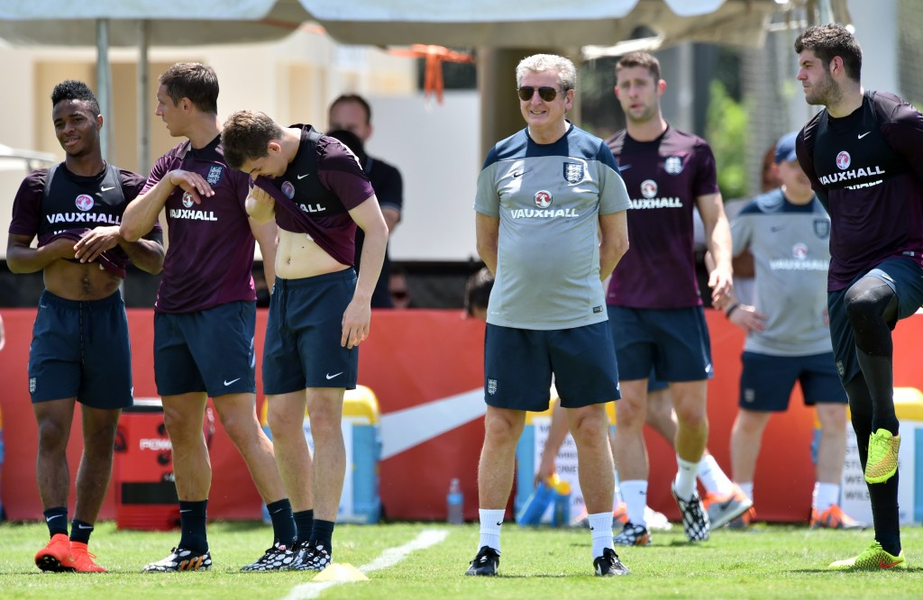 England Head Coach Roy Hodgson (C) looks on during a training session at Barry University in Miami Shores, Florida on June 6, 2014.  AFP PHOTO/MLADEN ANTONOV