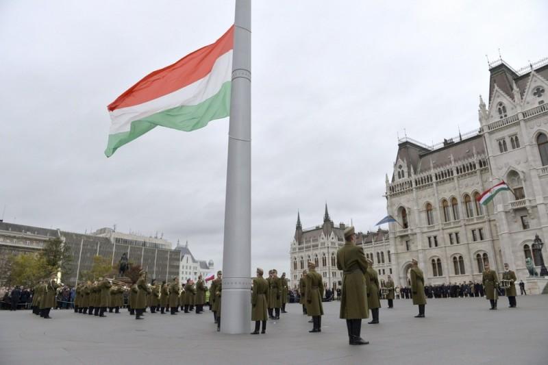 nemzeti zászló (1956-os forradalom, nemzeti lobogó, kossuth tér, )