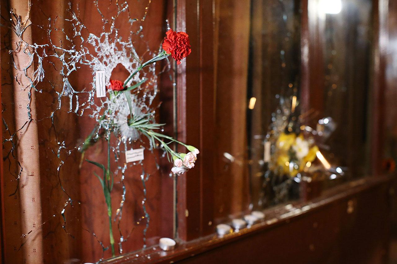 Gyolyók ütötte lyukakba tűzött virágok a párizsi Rue Alibert-en Fotó: MTI/EPA/Malte Christians)