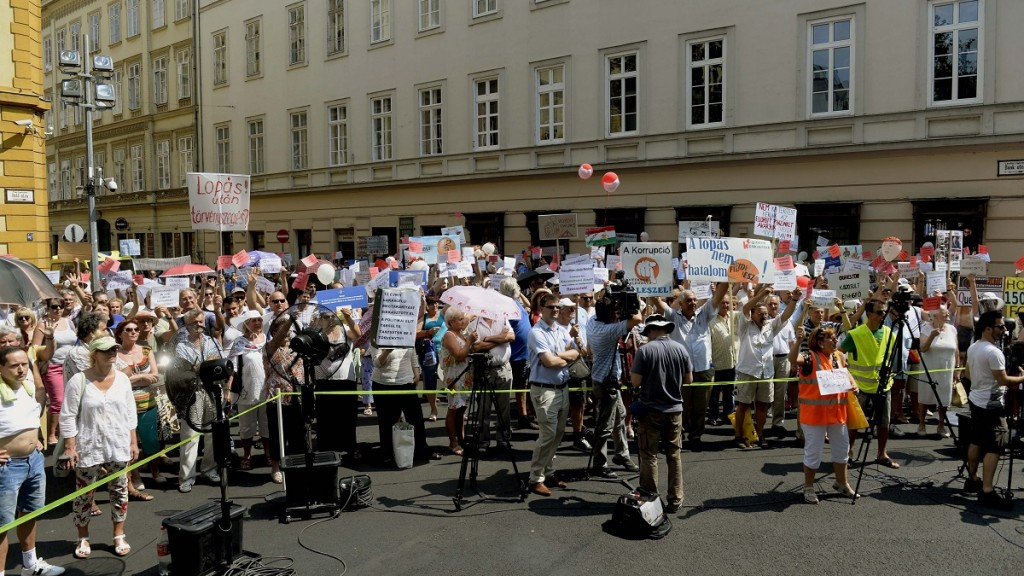Quaestor-károsultak tüntetése (Array)