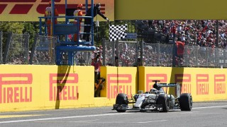 Mercedes AMG Petronas F1 Team's British driver Lewis Hamilton crosses the finish line to win the Italian Formula One Grand Prix at the Autodromo Nazionale circuit in Monza on September 6, 2015.  AFP PHOTO / OLIVIER MORIN