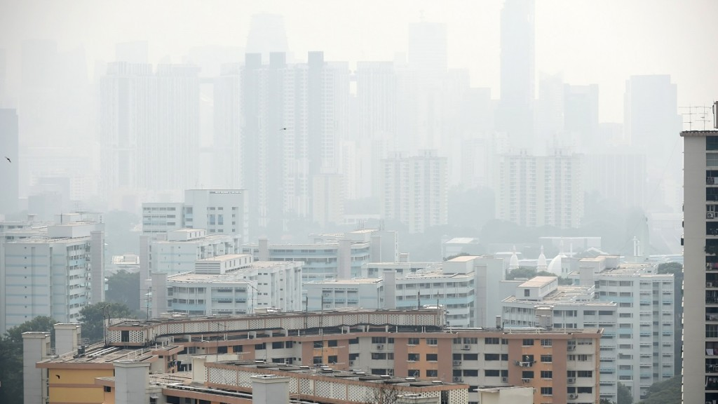 A general view over looking the financial business district (background) covered with smog in Singapore on September 15, 2014. Air pollution hit unhealthy levels due to smog from fires raging across giant rainforests in Indonesia's neigbouring Sumatara island, officials said.  AFP PHOTO/ROSLAN RAHMAN