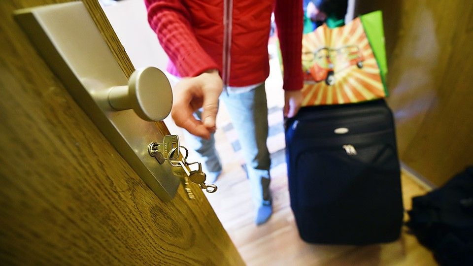 Illustration - A landlady takes a key out of a lock, to hand it to a traveller in Berlin, Germany, 7 November 2014. PHOTO:JENSKALAENE/dpa