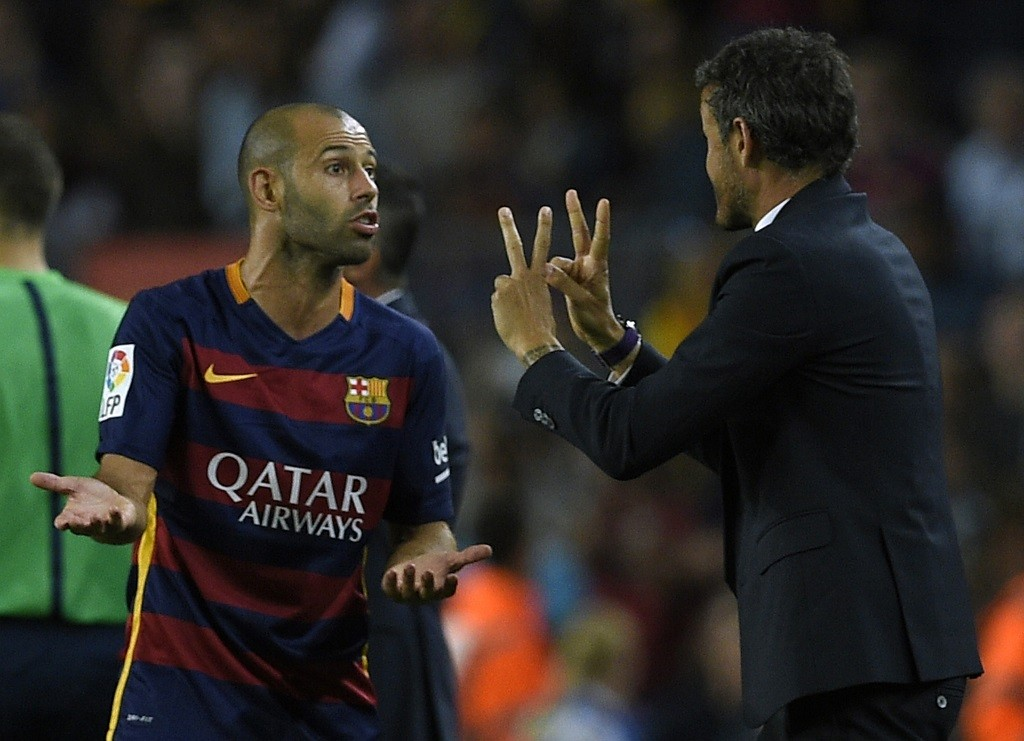 Barcelona's coach Luis Enrique (R) gives instructions to Barcelona's Argentinian defender Javier Mascherano during the Spanish league football match FC Barcelona vs Levante UD at the Camp Nou stadium in Barcelona on September 20, 2015.   AFP PHOTO/ LLUIS GENE