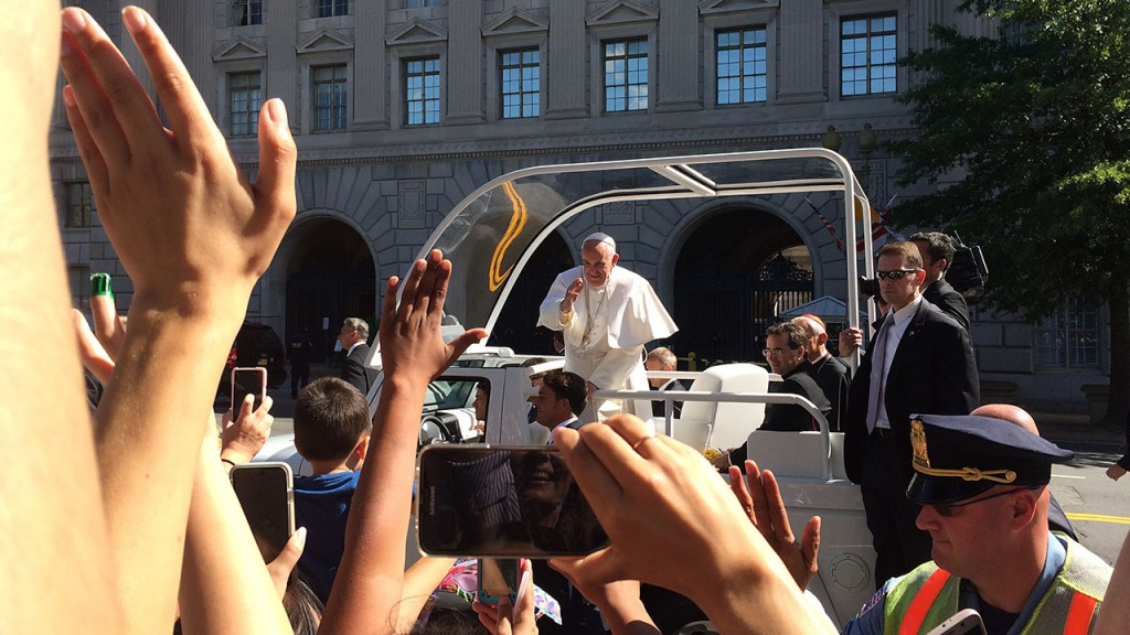USA, Washington DC: Pope Francis rides the Popemobile through Washington DC on September 23, 2015, greeting devotees during his historic first trip to the US. He earlier met President Barack Obama and gave a speech at the White House, during which he told the public that climate change is a problem that can no longer be left to our future generation. - CITIZENSIDE/ALICE DRIVER