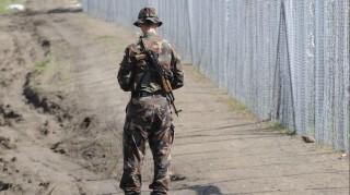 Röszke, 2015. szeptember 12. Egy AK-47-es gépkarabélyt viselõ katona a magyar-szerb határ a Horgos-Szeged vasútvonalhoz közeli szakaszán, ahol elkezdõdött az ideiglenes biztonsági határzár hiányzó szakaszának építése 2015. szeptember 12-én. MTI Fotó: Kelemen Zoltán Gergely