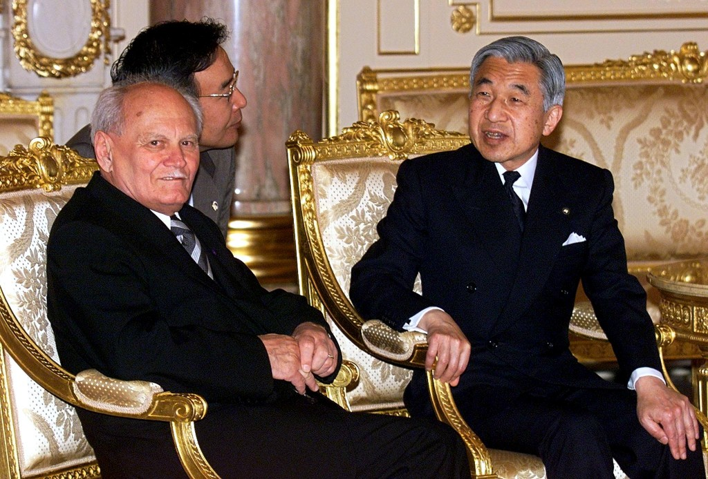 Visiting Hungarian President Arpad Goncz (L) chats with Japanese Emperor Akihito (R) during a meeting at the Akasaka state guesthouse in Tokyo 12 April 2000. Goncz is to end his three-day state visit in Tokyo to visit Osaka and Kyoto until 14 April.  (ELECTRONIC IMAGE)   AFP PHOTO   POOL-Toshifumi KITAMURA