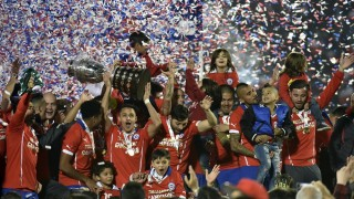 Chilean players celebrate with the trophy of the 2015 Copa America football championship, in Santiago, Chile, on July 4, 2015.    AFP PHOTO / NELSON ALMEIDA
