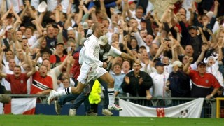 England captain David Beckham celebrates with fans after scoring their winning goal 06 October 2001, in Englands victory over Greece to qualify for the 2002 World Cup finals , at Old Trafford.     AFP PHOTO GERRY PENNY/GP-BW