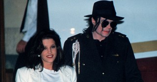US pop star Michael Jackson and his wife Lisa Marie Presley arrive at Budapest's airport 6 August 1994. Jackson is starting a three day visit to film new video-clip. AFP PHOTO