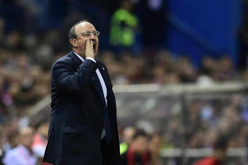 Real Madrid's coach Rafael Benitez gestures during the Spanish league football match Club Atletico de Madrid vs Real Madrid CF at the Vicente Calderon stadium in Madrid on October 4, 2015.   AFP PHOTO/ JAVIER SORIANO