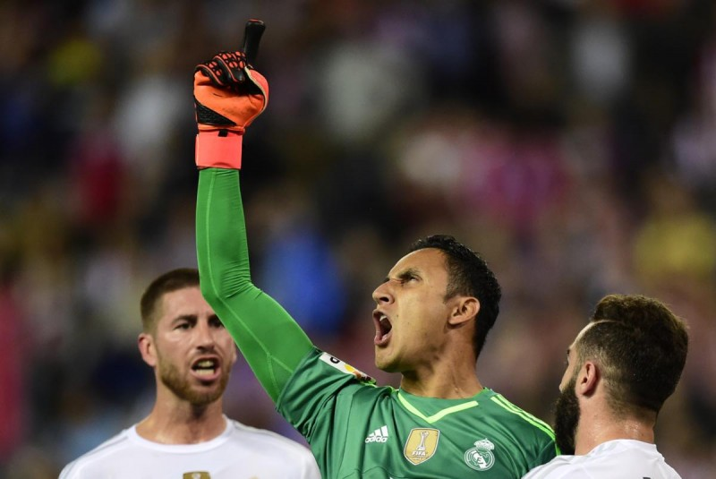Real Madrid's Costa Rican goalkeeper Keylor Navas (2ndR) reacts after stopping a penalty kick during the Spanish league football match Club Atletico de Madrid vs Real Madrid CF at the Vicente Calderon stadium in Madrid on October 4, 2015.   AFP PHOTO/ JAVIER SORIANO
