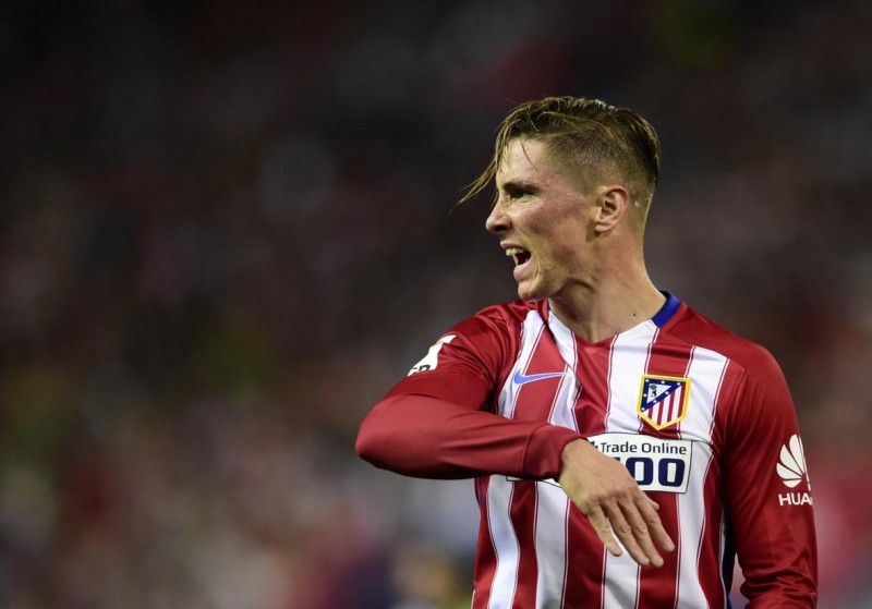 Atletico Madrid's forward Fernando Torres gestures during the Spanish league football match Club Atletico de Madrid vs Real Madrid CF at the Vicente Calderon stadium in Madrid on October 4, 2015.   AFP PHOTO/ JAVIER SORIANO