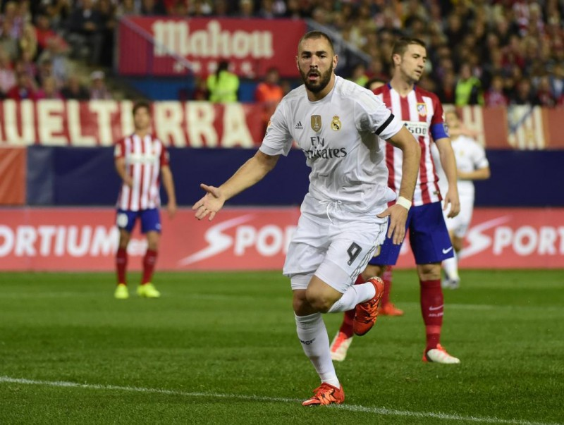 Real Madrid's French forward Karim Benzema celebrates after scoring during the Spanish league football match Club Atletico de Madrid vs Real Madrid CF at the Vicente Calderon stadium in Madrid on October 4, 2015.   AFP PHOTO/ PIERRE-PHILIPPE MARCOU