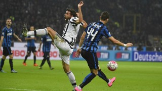 Juventus' defender from Italy Andrea Barzagli (L) fights for the ball Inter Milan's midfielder from Croatia Ivan Perisic during the Italian Serie A football match Inter Milan vs Juventus on October 18, 2015 at the San Siro Stadium stadium in Milan. AFP PHOTO / OLIVIER MORIN