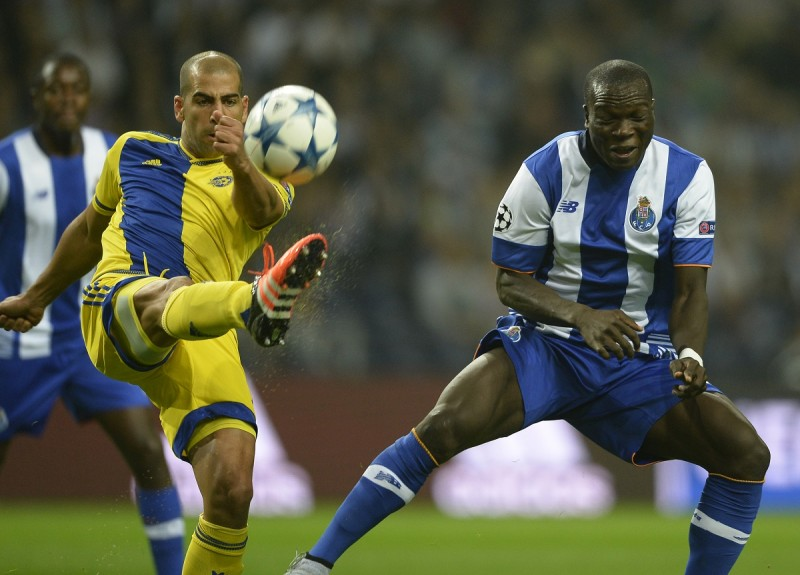 Maccabi's defender Tal Ben Haim (L) vies with Porto's Cameroonian forward Vincent Aboubakar during the UEFA Champions League group G football match FC Porto vs Maccabi Tel-Aviv FC at the Dragao stadium in Porto on October 20, 2015.   AFP PHOTO/ MIGUEL RIOPA