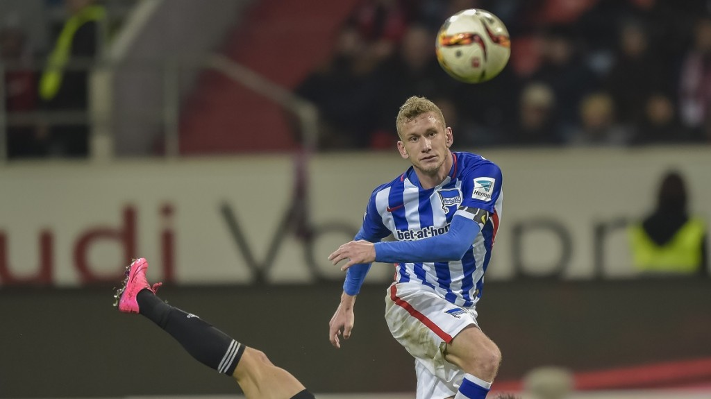 Berlin's Swiss midfielder Fabian Lustenberger (front) gets to the ball ahead of Ingolstadt's Australian striker Mathew Leckie during the German first division football Bundesliga match between FC Ingolstadt and Hertha BSC Berlin on October 24, 2015 in Ingolstadt, southern Germany. AFP PHOTO / GUENTER SCHIFFMANN  RESTRICTIONS: DURING MATCH TIME: DFL RULES TO LIMIT THE ONLINE USAGE TO 15 PICTURES PER MATCH AND FORBID IMAGE SEQUENCES TO SIMULATE VIDEO.  ==RESTRICTED TO EDITORIAL USE == FOR FURTHER QUERIES PLEASE CONTACT THE DFL DIRECTLY AT + 49 69 650050.