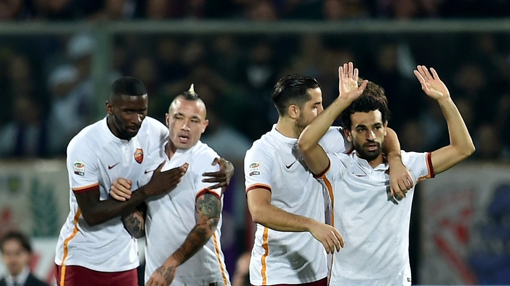 Roma's midfielder from Egypt Mohamed Salah (R) celebrates with teammates after scoring during the Italian Serie A football match Fiorentina vs As Roma on October 25, 2015 at the Artemio Franchi stadium in Florence. AFP PHOTO / ALBERTO PIZZOLI
