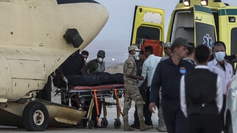 Egyptian paramedics load the corpses of Russian victims of a Russian passenger plane crash in the Sinai Peninsula, into a military aircraft at Kabret military air base by the Suez Canal on October 31, 2015. Egypt's government said 15 bodies have been recovered and transferred to a morgue so far from the site of the crash.  AFP PHOTO / KHALED DESOUKI