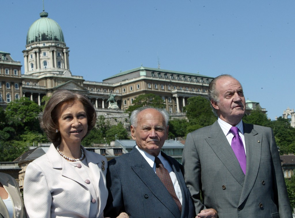 Spanish Queen Sofia (L), former Hungarian President Arpad Goencz (C) and Spanish King Juan Carlos (R) pose 30 May 2007 on the Budapest ship during a ride on the Danube river. The Spanish royal couple started 29 May 2007 a three-day official visit to Hungary.  AFP PHOTO / ATTILA KISBENEDEK