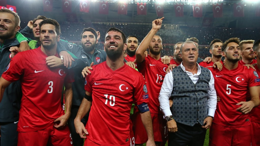 Turkey's players celebrate at the end of the Euro 2016 Group A qualifying football match between Turkey and Iceland on October 13, 2015 at the Konya Arena stadium in Konya. AFP PHOTO / STRINGER