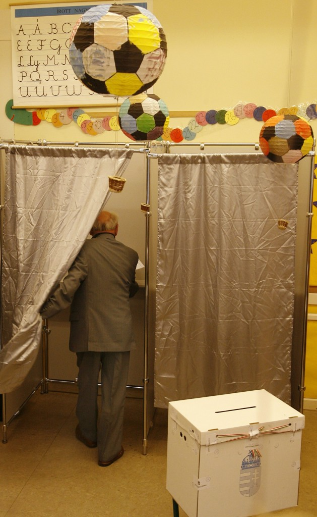 Former Hungarian President Arpad Goencz enters a polling booth before voting in the municipal elections in Budapest 01 October 2006. Hungarian Prime Minister Ferenc Gyurcsany rejected making the local elections a referendum on his government despite right-wing calls that he resign after lying to the country about the economy. AFP PHOTO/JOE KLAMAR