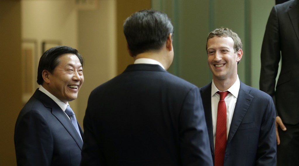 Chinese President Xi Jinping, center, talks with Facebook Chief Executive Mark Zuckerberg, right, as Lu Wei, left, China's Internet czar, looks on during a gathering of CEOs and other executives at Microsoft's main campus in Redmond,, Washington, Wednesday, September 23, 2015.  AFP PHOTO / POOL / TED S. WARREN