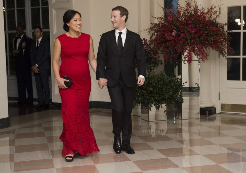 Mark Zuckerberg, Chairman and CEO of Facebook and his wife, Priscilla Chan, arrive for a State Dinner hosted by US President Barack Obama for Chinese President Xi Jinping at the White House in Washington, DC, September 25, 2015. AFP PHOTO /  MOLLY RILEY