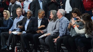 US President Barack Obama arrives to attend an NBA game between the Chicago Bulls and the Cleveland Cavaliers at the United Center in Chicago on October 27, 2015.   AFP PHOTO/NICHOLAS KAMM