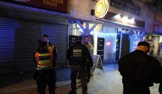 Budapest, 2015. október 24. Rendõrök helyszínelnek egy dohánybolt elõtt a fõváros XIX. kerületében 2015. október 23-án este, miután a boltot kirabolták. Egy férfi vásárlási szándékkal ment be a Kossuth téri dohányboltba, majd miután nem találta készpénzét, kiment a boltból. Késõbb visszament, és az eladót bántalmazva a bevételt követelte, végül néhány üveg szeszesitallal távozott. Az eladónõ 8 napon belül gyógyuló sérüléseket szenvedett. MTI Fotó: Mihádák Zoltán