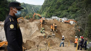 Picture taken during the search operation for victims in the village of El Cambray II, in Santa Catarina Pinula municipality, some 15 km east of Guatemala City, on October 4, 2015 after a landslide late Thursday struck the village. At least 96 people were killed when massive mudslides buried scores of homes on the outskirts of Guatemala's capital city, as the death toll continues to climb. An estimated 300 people are still missing.  AFP PHOTO / JOHAN ORDONEZ