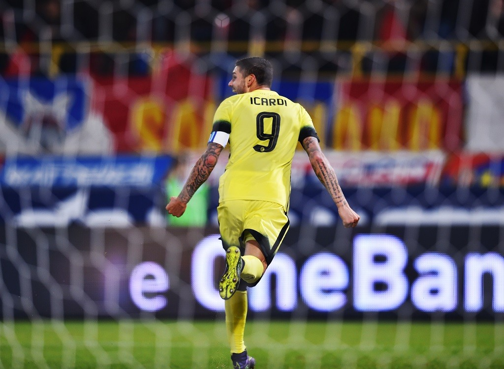 Inter Milan's Argentinian forward Mauro Icardi celebrates after scoring during the Serie A football match Bologna vs InterMilan at Dall'Ara stadium in Bologna on October 27, 2015.    AFP PHOTO / VINCENZO PINTO