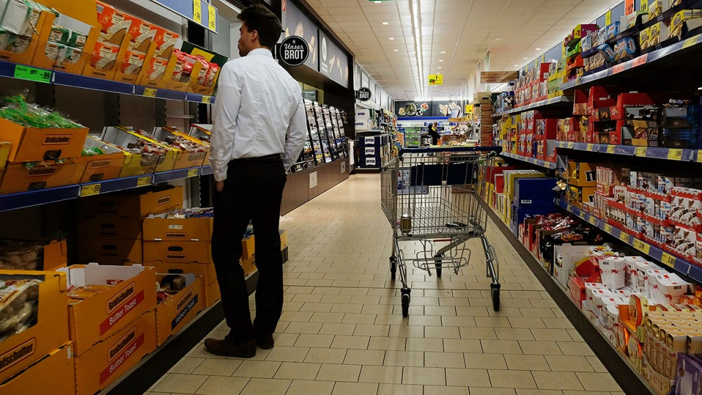 A inside view of a Lidl supermarket discount store in Essen, western Germany, on January 14, 2015. German Aldi and Lidl will start 'smart discount'. AFP PHOTO / PATRIK STOLLARZ