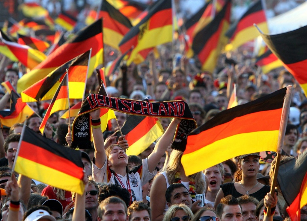 Supporters of Germany cheer during the FIFA World Cup 2006 semi final match against Italy at the supporter festival in Hamburg, Germany, Tuesday, 04 July 2006. Photo: KAY NIETFELD