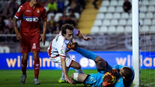 MADRID, SPAIN - OCTOBER 23:  goalkeeper Pau Lopez (R) of RCD Espanyol stops the ball headed by Jose Raul Baena (L) of Rayo Vallecano de Madrid during the La Liga match between Rayo Vallecano de Madrid and RCD Espanyol at Estadio de Vallecas on October 23, 2015 in Madrid, Spain.  (Photo by Gonzalo Arroyo Moreno/Getty Images)