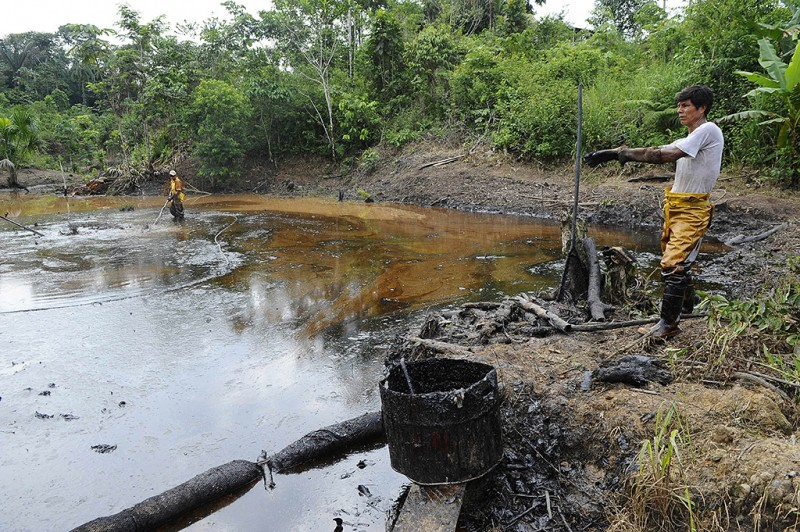 Employees of state-owned Petroecuador work on environmental cleansing operations of a 30-year old oil spillage at the Rumipamba commune, 200 mt from the Auca Sur 1 oil well --operated by US Chevron Texaco in the seventies--, in the province of Orellana, Amazonia, on February 20, 2011. Last week, a judge from the Sucumbios Provincial Court ordered US giant Chevron to pay USD 9,5 billion in compensation for environmental damages in the Ecuadorean Amazonia.  AFP PHOTO/Rodrigo BUENDIA