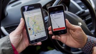 Budapest, 2015. március 22. Az Uber közösségitaxi-szolgáltatás egyik sofõrjének (j) és utasának mobiltelefonja indulás elõtt Budapesten 2015. március 21-én. Az Uber ellen mintegy ötven taxis demonstrált március 19-én Budapesten. MTI Fotó: Szigetváry Zsolt