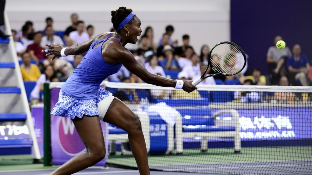 Venus Williams of the US hits a return against Roberta Vinci of Italy during their women's singles semi-final match at the WTA Elite Trophy in Zhuhai, southern China's Guangdong province on November 7, 2015.                                  CHINA OUT    AFP PHOTO / STR