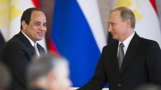 Russian President Vladimir Putin (R) shakes hands with his Egyptian counterpart Abdel Fattah al-Sisi after their talks at the Kremlin in Moscow on August 26, 2015. AFP PHOTO / POOL / ALEXANDER ZEMLIANICHENKO