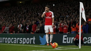 Arsenal's German midfielder Mesut Ozil prepares to take a corner during the English Premier League football match between Arsenal and Tottenham Hotspur at the Emirates Stadium in London on November 8, 2015.     AFP PHOTO / ADRIAN DENNIS