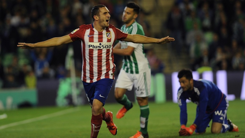 Atletico Madrid's midfielder Koke (L) celebrates after scoring a goal during the Spanish league football match Real Betis Balompie vs Club Atletico de Madrid at the Benito Villamarin stadium in Sevilla on November 22, 2015.  AFP PHOTO / CRISTINA QUICLER / AFP / CRISTINA QUICLER