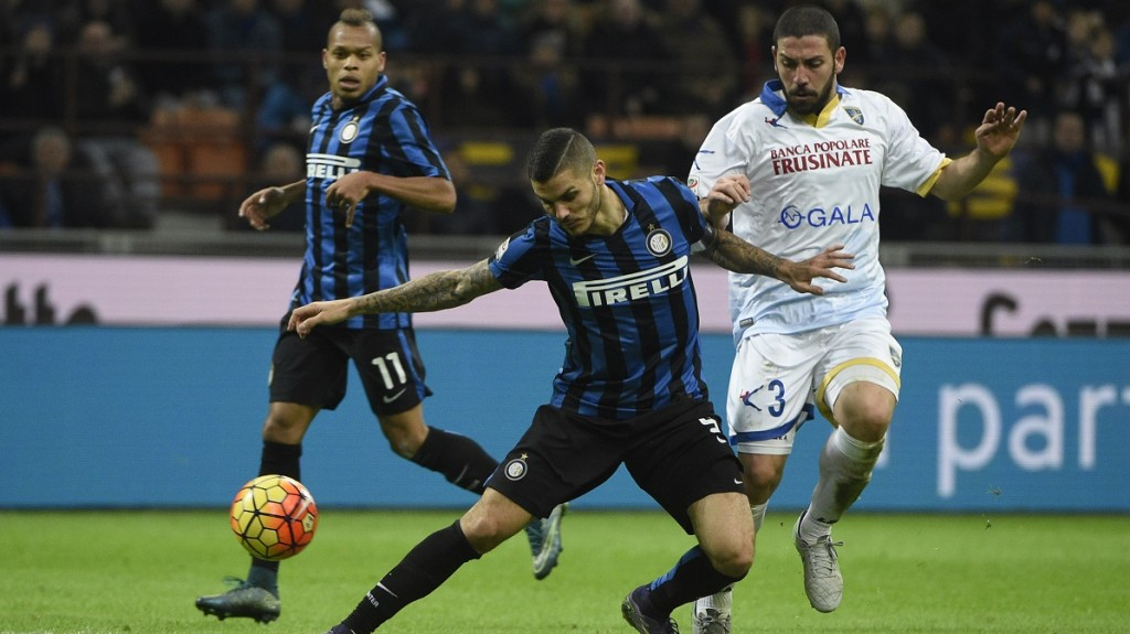 Inter Milan's forward from Argentina Mauro Icardi  (L) fights for the ball with Frosinone's defender from Italy Roberto Crivello during the Italian Serie A football match Inter Milan vs Frosinone on November 22, 2015 at the San Siro Stadium stadium in Milan. AFP PHOTO / OLIVIER MORIN / AFP / OLIVIER MORIN