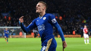 Leicester City's English striker Jamie Vardy celebrates after scoring during the English Premier League football match between Leicester City and Manchester United at the King Power Stadium in Leicester, central England on November 28, 2015.  AFP PHOTO / OLI SCARFF  RESTRICTED TO EDITORIAL USE. No use with unauthorized audio, video, data, fixture lists, club/league logos or 'live' services. Online in-match use limited to 75 images, no video emulation. No use in betting, games or single club/league/player publications. / AFP / OLI SCARFF